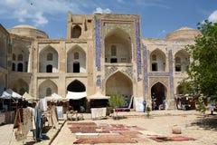 Den inre borgg?rden Allakuli Khan madrasah byggda uzbekistan arkivfoton