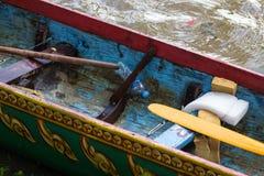 Den inre detaljen av det trätävlings- fartyget efter en traditionell tävlings- händelse i Cambodja, avslöjande skovlar, målade de arkivbild