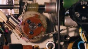 Den inre mekanismen av en filmprojektor stock video