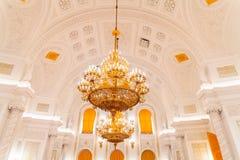 Den inre sikten av den Georgievsky korridoren i den storslagna Kremlslotten i Moskva Arkivbilder