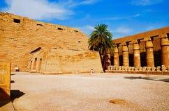 Den inre sikten av det Karnak tempelkomplexet, består av en vidsträckt blandning av murkna tempel, kapell, pyloner och andra bygg Royaltyfria Bilder