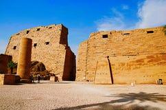 Den inre sikten av det Karnak tempelkomplexet, består av en vidsträckt blandning av murkna tempel, kapell, pyloner och andra bygg Arkivbild