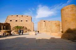 Den inre sikten av det Karnak tempelkomplexet, består av en vidsträckt blandning av murkna tempel, kapell, pyloner och andra bygg Arkivfoto
