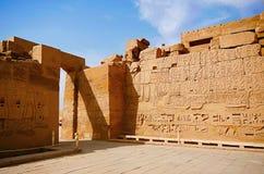Den inre sikten av det Karnak tempelkomplexet, består av en vidsträckt blandning av murkna tempel, kapell, pyloner och andra bygg Fotografering för Bildbyråer