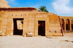 Den inre sikten av det Karnak tempelkomplexet, består av en vidsträckt blandning av murkna tempel, kapell, pyloner och andra bygg Royaltyfri Fotografi