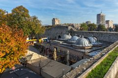 Den inre sikten av fästningen och parkerar i staden av Nis, Serbien Royaltyfri Fotografi