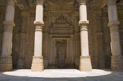 Den inre sikten av den Kevada Masjid moskén, UNESCO skyddade Champaner - arkeologiska Pavagadh parkerar, Gujarat, Indien royaltyfri foto