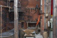 Den inre smedjastarten lurar XIX - tigga Århundrade XX i museet av staden av traktorer Cheboksary, Chuvashrepublik, Ryssland 06/0 Arkivfoton