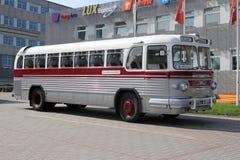 Den intercity bussen av den gamla modellen i Tallinn Arkivbild