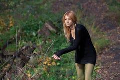 Den intressanta mystiska blondinen går i höstskog Royaltyfri Foto