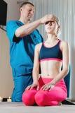 Den inv?rtes doktorn kopplas in, i att redigera f?r handbok av skallen av en ung flicka alternativt magasin f?r brunnsort f?r med arkivfoto