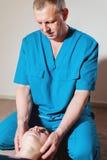Den inv?rtes doktorn kopplas in, i att redigera f?r handbok av skallen av en ung flicka alternativt magasin f?r brunnsort f?r med arkivbild
