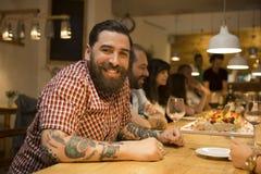 den inviterade matställedrinken gör män restauranganförande till royaltyfri bild