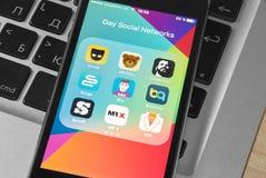 Den IPhone 5s skärmen med symboler av den glade samkvämmen knyter kontakt och pratar Royaltyfri Foto