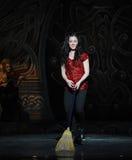 Den irländska flickan---Den irländska nationella danssteppet Royaltyfri Bild