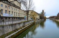 Den Isar floden och det Deutsches museet, Munich, Tyskland Royaltyfri Foto