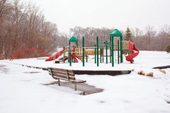 Den iskalla lekplatsen och parkerar bänken Arkivfoto