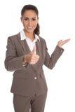 Den isolerade attraktiva affärskvinnan med tummar upp och gömma i handflatan gestu Fotografering för Bildbyråer