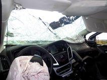 den isolerade bilillustrationen för olyckan 3d framförde white Bruten bil inom Forcerad vindruta Arkivbild