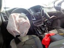 den isolerade bilillustrationen för olyckan 3d framförde white Bruten bil inom Forcerad vindruta Arkivfoto