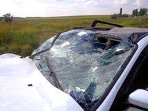 den isolerade bilillustrationen för olyckan 3d framförde white Bruten bil med den forcerade vindrutan Fotografering för Bildbyråer