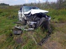 den isolerade bilillustrationen för olyckan 3d framförde white Bruten bil med den forcerade vindrutan Royaltyfri Bild