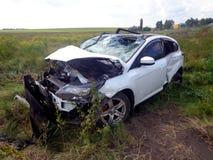 den isolerade bilillustrationen för olyckan 3d framförde white Bruten bil med den forcerade vindrutan Arkivbild