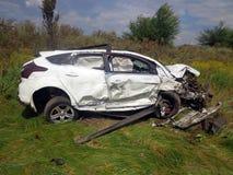den isolerade bilillustrationen för olyckan 3d framförde white Bruten bil med den forcerade vindrutan Arkivfoto
