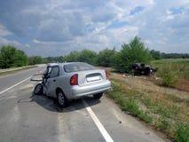 den isolerade bilillustrationen för olyckan 3d framförde white Bruten forcerad bil på vägen Arkivbild