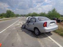 den isolerade bilillustrationen för olyckan 3d framförde white Bruten forcerad bil på vägen Royaltyfria Bilder