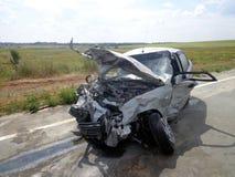 den isolerade bilillustrationen för olyckan 3d framförde white Bruten forcerad bil på vägen Arkivfoto