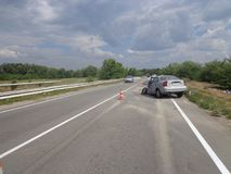 den isolerade bilillustrationen för olyckan 3d framförde white Bruten forcerad bil på vägen Royaltyfria Foton