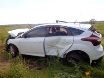 den isolerade bilillustrationen för olyckan 3d framförde white Brutet bilstag i fält Arkivfoto