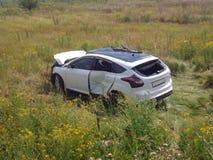 den isolerade bilillustrationen för olyckan 3d framförde white Brutet bilstag i fält Arkivbilder