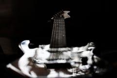 Den isolerade elektriska gitarren för spöken vaggar Arkivfoto