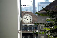 den isolerade illustrationen för klockan 3d framförde white Royaltyfri Bild
