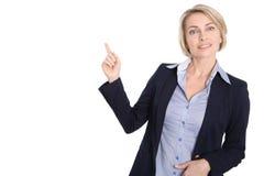 Den isolerade mitt åldrades affärskvinnan som pekar på vit med finge Royaltyfria Foton