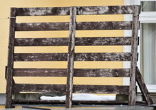 den isolerade paletten framför vitt trä Royaltyfria Bilder
