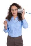 Den isolerade unga affärskvinnan med den allvarliga telefonen för den tenn- canen och bedövar royaltyfri foto