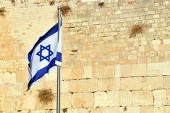 Den israeliska flaggan mot den att jämra sig väggen Fotografering för Bildbyråer