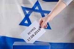 Den israeliska kvinnan r?star p? en vallokal p? valdag Slut upp av handen arkivbilder
