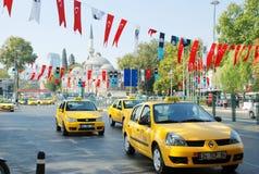 den istanbul gatan taxar yellow royaltyfri bild