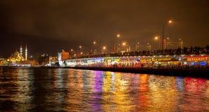 Den Istanbul natten i Galata överbryggar den guld- hornen Arkivbild