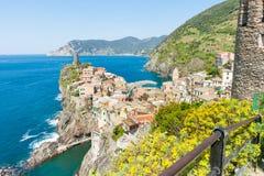 Den italienska byn som överst konstrueras, vaggar utlöparen som sticker ut in i Med Fotografering för Bildbyråer