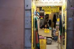 Den italienska detaljhandlaren Stay shoppar in väntankunder i Rome Italien 2013 fotografering för bildbyråer