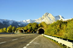 Den italienska körbanan med berg beskådar. Royaltyfria Bilder