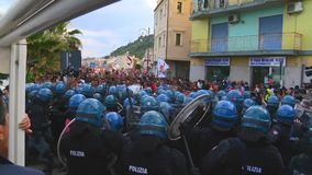 Den italienska polisen går i linje under G7en i Taormina Sicilien stock video