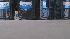 Den italienska polisen i linje under G7en i Taormina Sicilien stock video