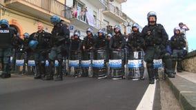 Den italienska polisen väntar sköldar på jordningen stock video