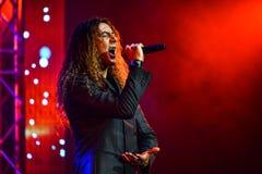 Den italienska sångaren Danielle Lamberto som utför på etapp under den stora Apple musiken, tilldelar konsert 2016 Arkivbilder